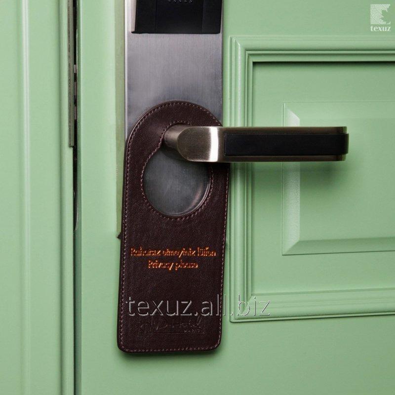 Информационная табличка на дверную ручку кожаная