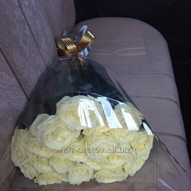 Букет белых голландских роз фото в машине — 15