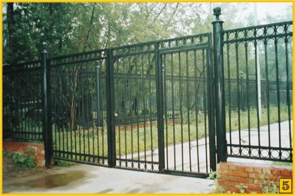 Ворота в саду из профиля