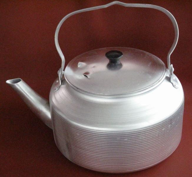 Старый алюминиевый чайник