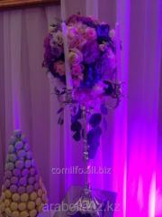 Канделябры и вазы с цветами для гостей