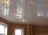 Натяжной глянцевый потолок в деревянных домах и