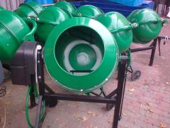 Removable plate for concrete mixers