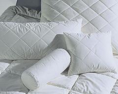 Стеганые подушка и валик с наполнителем из...