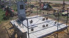 Памятник из уфалейского серого мрамора с оградой с