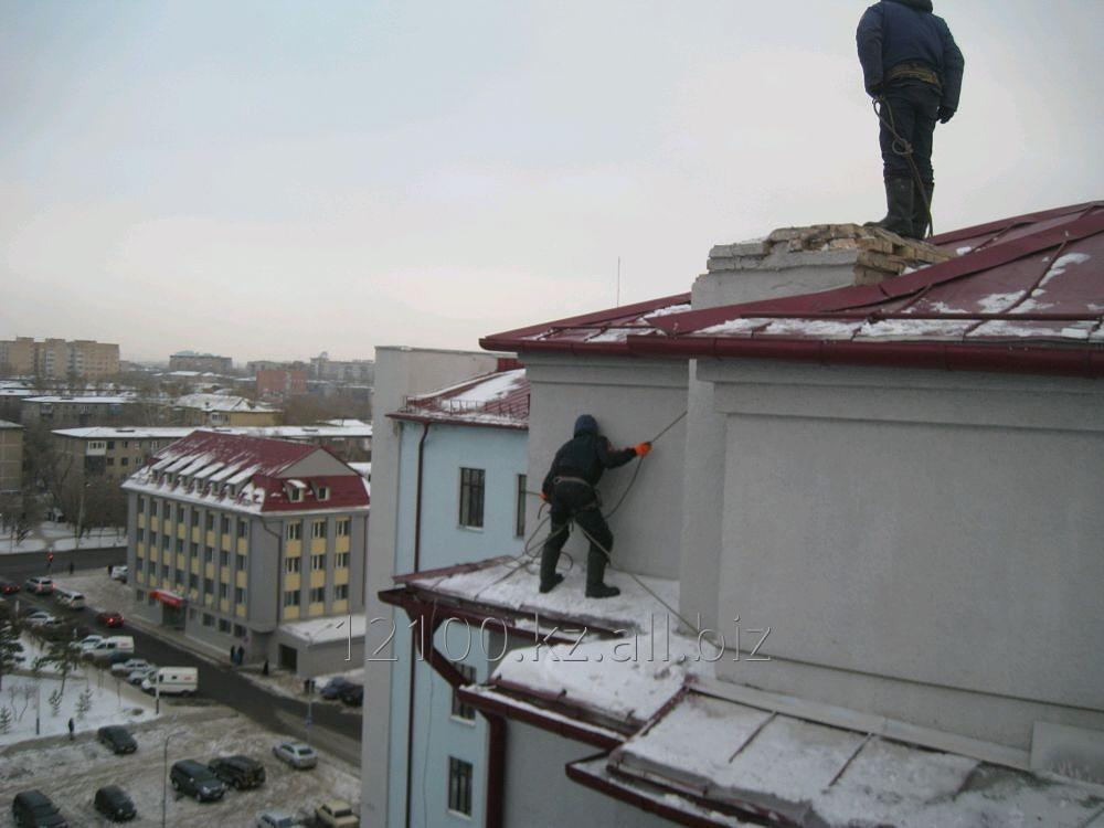 Order Cleaning of a roof from snow and ice.