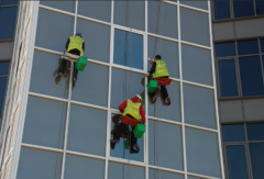 High-rise works washing of windows and facades