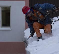 Очистка кровли крыш от снега и наледи