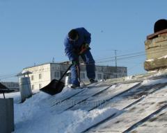 Чистка крыш от снега и наледи сосулек без повреждения покрытия