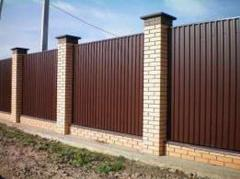 Installing of corrugated fences
