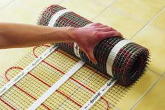 Laying of a heat-insulated floor