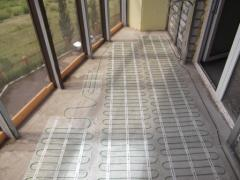 Installation of a heat-insulated floor