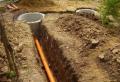 Ручная копка траншеи под канализационную трубу